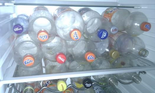 PET flaskor i kylskåpet