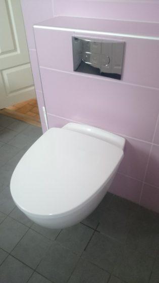 Vår fina toalett på nedervåningen. Man kan dammsuga och torka golvet under den! Min fru tyckte det var värt några extra tusen kr.